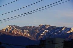 与白雪焕发的马纳利山 库存图片