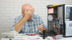 与生气和失望的工程师固定的硬件问题的慢动作 股票录像