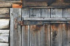 与生锈的紧固的老木门 库存图片