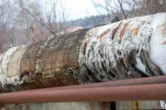 与被撕毁的绝缘材料的老管道 图库摄影