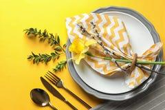 与花卉装饰的欢乐复活节桌设置 免版税库存照片