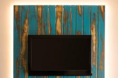 与自制LED后面墙壁的电视 库存图片