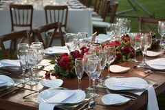 与自然花和玫瑰的典雅的庭院婚礼焦点装饰 免版税库存照片