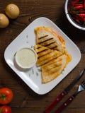 与鸡、乳酪和胡椒的墨西哥油炸玉米粉饼 免版税库存照片
