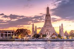 与郑王寺晓寺的美好的日落在曼谷,泰国 免版税库存图片