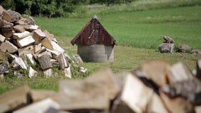 与金属桶的老井在白桦树木柴包围的村庄 股票录像