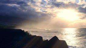 与金黄光芒和剧烈的天空的海洋海岸 影视素材