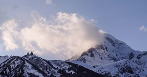 与雪,云彩的冬天山卡兹别克山跑和老教会 股票录像