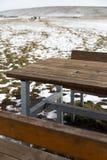 与雪bokeh的空的木桌承办酒席或食物背景的 库存照片