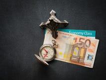与50欧元钞票和登机牌的埃菲尔铁塔 免版税库存图片