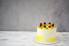 与mascarpone的美丽的生日快乐蛋糕装饰用莓,开心果 库存照片