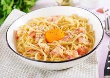 与pancetta、鸡蛋,坚硬帕尔马干酪和奶油沙司的经典自创carbonara面团 库存图片
