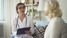 专业医师谈话与年迈的不适的夫人 影视素材