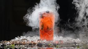 专业厨师和分子烹调 在黑背景的鸡尾酒饮料与液氮 分子桌 股票视频