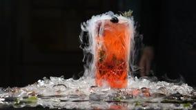 专业厨师和分子烹调 在黑背景的鸡尾酒饮料与液氮 分子桌 影视素材