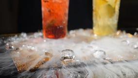 专业厨师和分子烹调 鸡尾酒集合和甜饮料在黑背景与液氮 股票视频