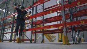专业四轮溜冰者获得成功在后勤中心和秋天 影视素材