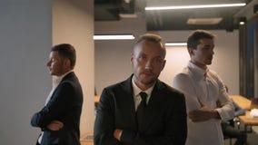 三个确信的可爱的英俊的商人凉快的史诗射击  股票录像
