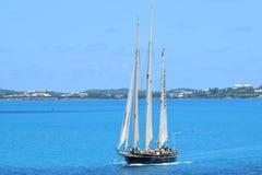 三帆柱风船在离百慕大的海岸的附近 免版税库存照片