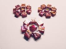 三朵黑暗的紫色花由马赛克制成 免版税库存照片
