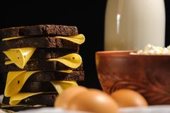 三明治、牛奶、鸡蛋和土气酸奶干酪在木背景 图库摄影
