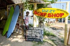 一个人在头昏眼花的海浪商店站立 库存图片