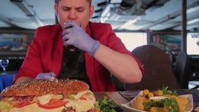 一个人在膳食以后喝从一个玻璃杯子的可口可乐 股票视频