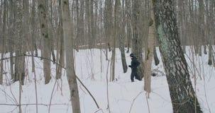 一个人和妇女奔跑在公园在冬天,实践一种健康生活方式和交往以他们的在的健康 股票视频