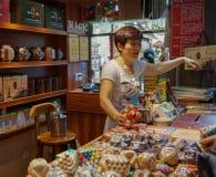 一个供营商在纪念品店 免版税库存照片