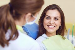 一个女孩和一位牙医一个牙齿诊所的 库存图片