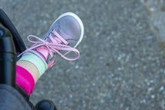 一个婴孩的脚有鞋子的 免版税库存照片