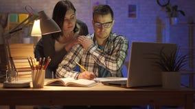 一个年轻有家室的人的画象劳累了过度开会在膝上型计算机在晚上 影视素材