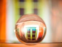 一个房子窗口的反射在一个玻璃碗的在Kefalonia海岛上在希腊 免版税库存照片