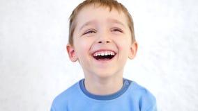 一个愉快的快乐的微笑的孩子的画象 股票录像