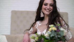 一个新娘的画象婚纱的 有花的典雅的深色的新娘 影视素材