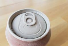 一个罐头的上面的图象苏打,当去除它从冷冻机与霜时 库存照片