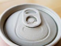 一个罐头的上面的图象苏打,当去除它从冷冻机与霜时 库存图片