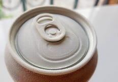 一个罐头的上面的图象苏打,当去除它从冷冻机与霜时 免版税库存图片