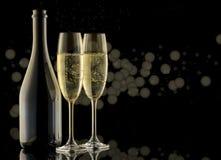 一个瓶香槟,bokeh 杯香槟 闪耀的白葡萄酒 免版税库存照片