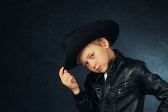 一个男孩模型的画象在皮夹克和帽子的 库存照片