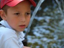 一个男孩的画象喷泉的背景的 库存照片