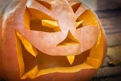 一个被雕刻的南瓜的邪恶的看的起重器o灯笼 库存图片