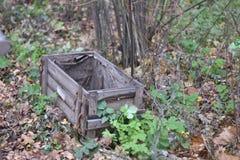一个非常老木箱外面在地面 免版税图库摄影
