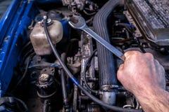 一位年轻汽车安装工的特写镜头 免版税图库摄影