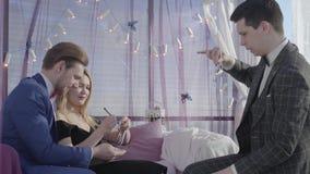 一位有天才的魔术师的表现 在爱的美好的夫妇看专业魔术师的把戏 股票视频
