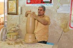 一位陶瓷工在工作在Meybod,伊朗 免版税库存图片