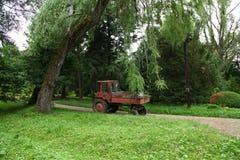 一台拖拉机在公园 免版税库存照片