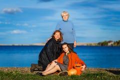 一名70岁的妇女、一名四十岁的妇女和一名20岁的妇女 妇女的三世代户外家庭的 免版税库存图片