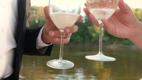 一对爱恋的夫妇的配合 香槟闪耀并且起泡沫在阳光下 庆祝成功和胜利 倾吐的闪耀 影视素材