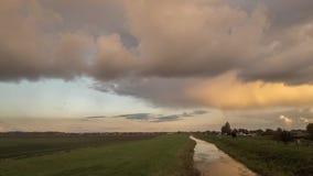 一场平衡的秋天阵雨的时间间隔在荷兰扁圆形干酪,荷兰附近的由落日照亮了 股票视频